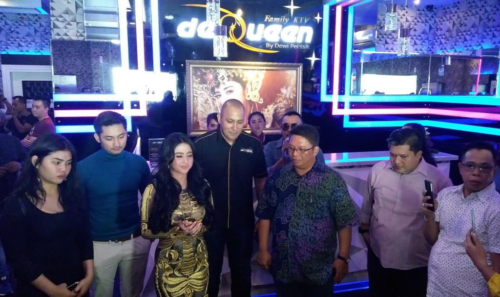 """Dewi Perssik Buka Bisnis Karaoke """"DeQueen Family KTV"""" di Medan"""