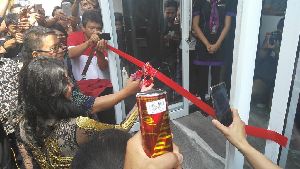 Dewi Perssik Buka DeQueen Family KTV di Medan