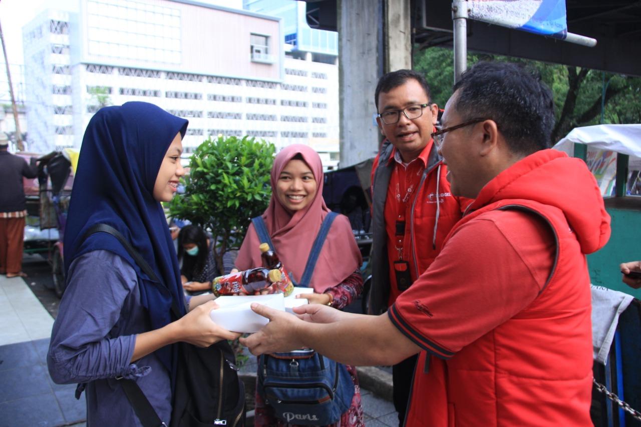Sebarkan Kebahagiaan Ramadhan, Telkomsel dan Rekan Media bagi 1000 Takjil Gratis