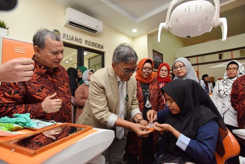 Wakil Rektor IV USU Pasangkan Mata Tiruan Untuk Pasien