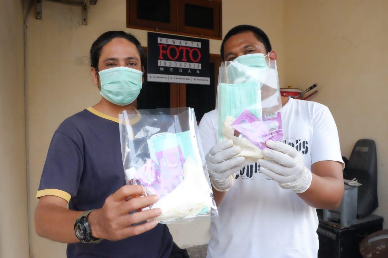 Cegah Penularan COVID-19 Saat Liputan, PFI Medan Bagikan Masker Hingga Vitamin Kepada Anggota